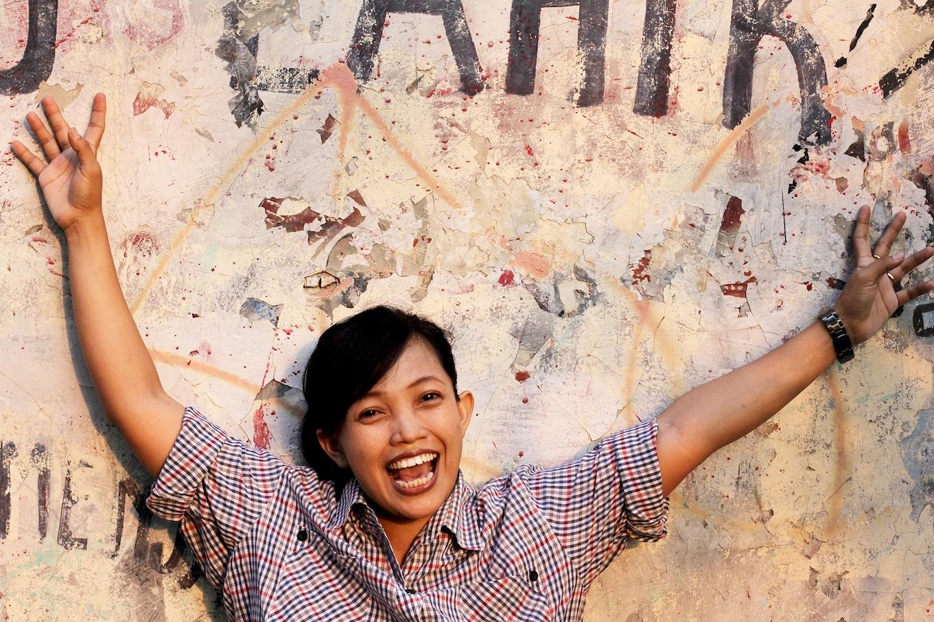 Jakartan kaduilla muusikot etsiv‰t vapautta omaan el‰m‰‰ns‰. O: Daniel Ziv T: DesaKota Productions, Indonesia 2011 HD. Kuvassa Titi Juwariyah. Yle Kuvapalvelu